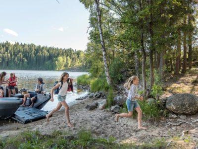 Ein sommerlicher Campingurlaub mit dem Boot